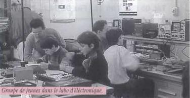 Groupe de jeunes dans le laboratoire d'électronique